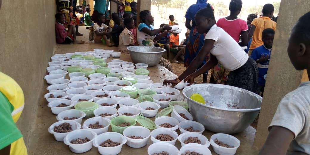 les mères éducatrices s'affairent autour de l'événement des bols alimentaires